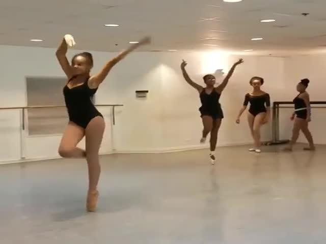 Интересный танец темнокожих девушек