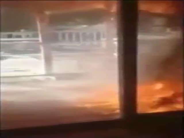 Девушка снимает на видео, как горит ее дом