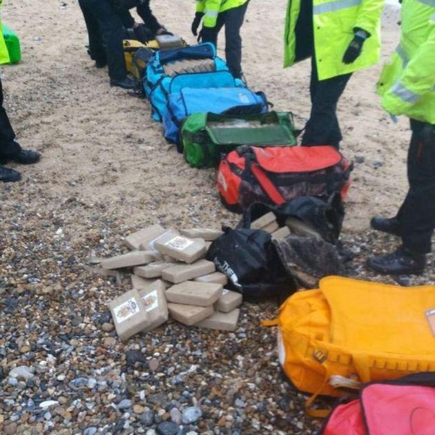 На пляж Великобритании вынесло 360 килограмм кокаина (3 фото)