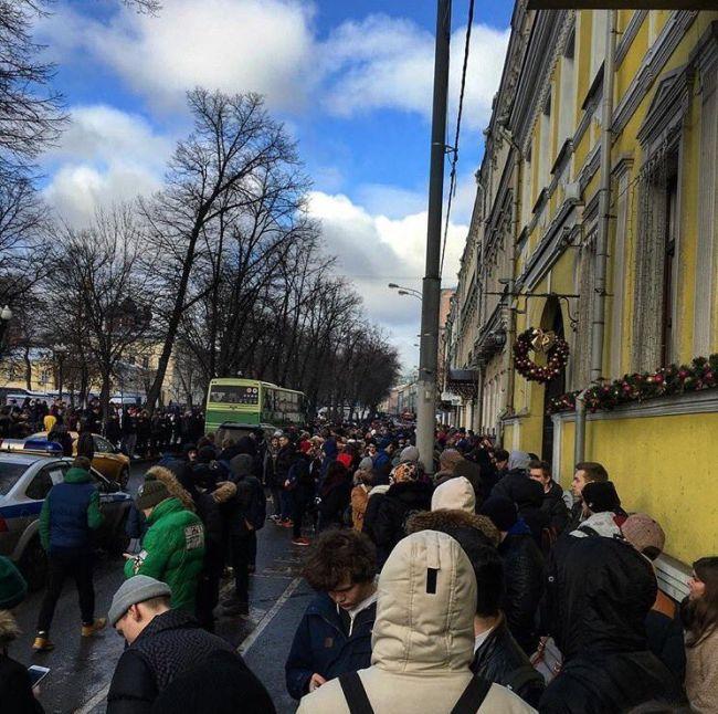 Очередь за кроссовками от Канье Уэста с ценником в 30 тысяч рублей (5 фото)