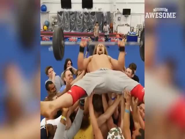 Забавный спортсмен демонстрирует свои умения