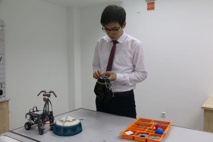 Школьник создал умную тюбетейку для незрячих (3 фото)