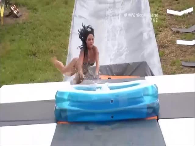 Прыжок в надувной бассейн с трамплина