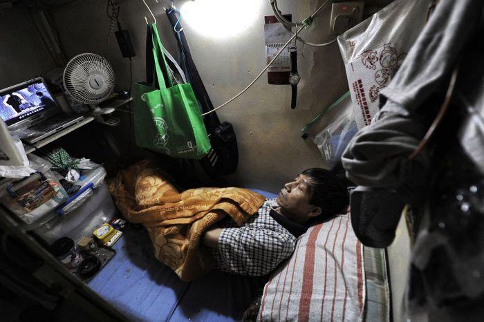 Условия жизни людей в Гонконге (10 фото)