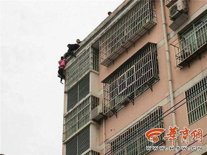 Мужчина спас жену от самоубийства, поймав ее за волосы (4 фото + видео)