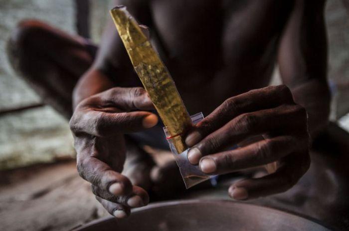 Как нелегально добывают золото в Индонезии (12 фото)