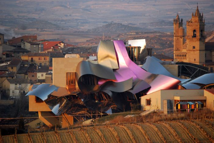 Удивительная гостиница при винодельне Marqués de Riscal (6 фото)