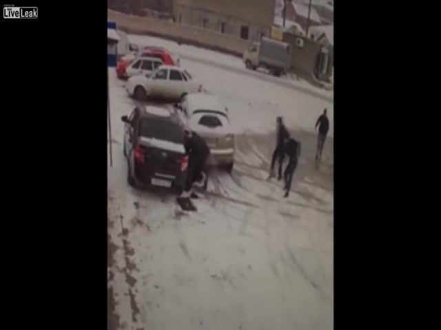 Мужчину зажало между машинами на льду