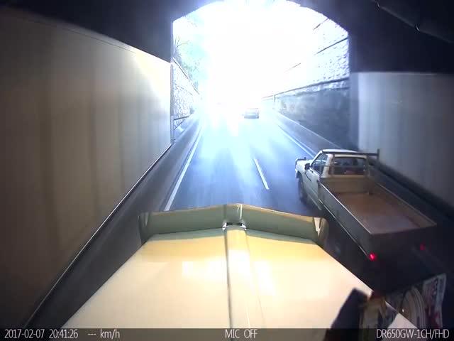 Мотоциклист приземлился в кузов пикапа