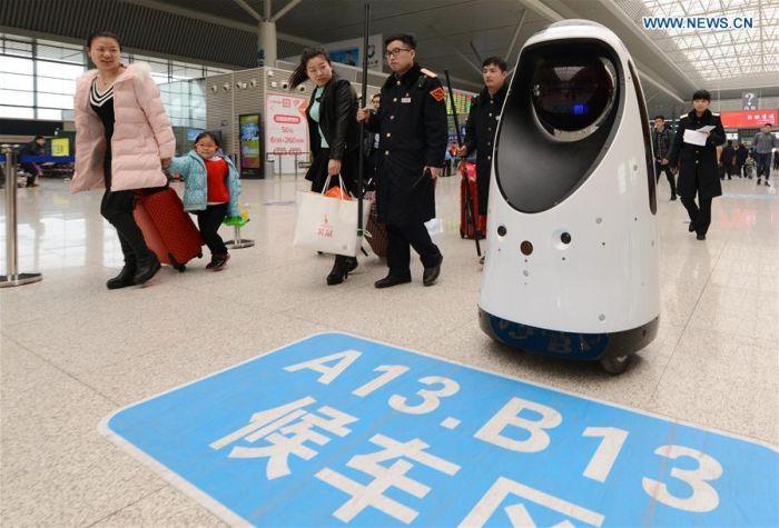 На китайском вокзале появился робот-патрульный (5 фото)