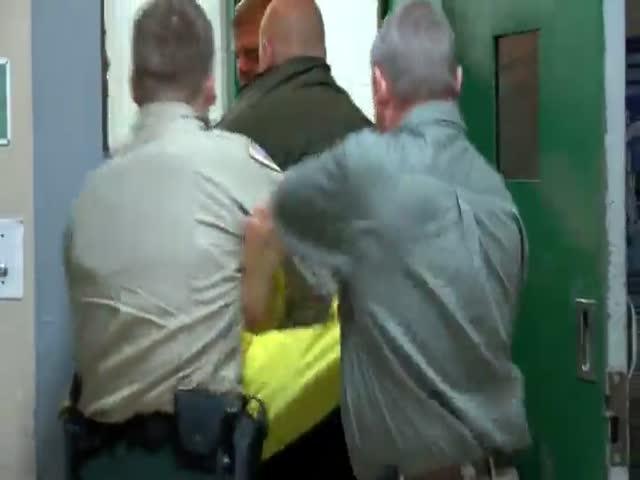 Злой заключенный ударил охранника
