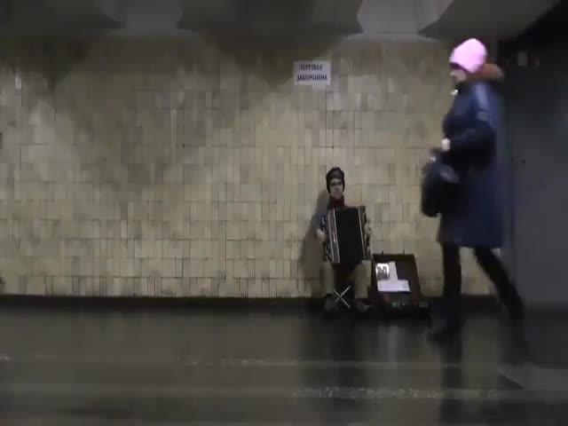 Необычный музыкант в киевском метро