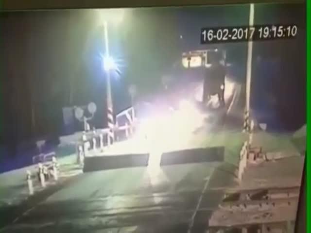 В Иркутской области поезд протаранил автокран