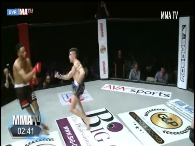 Боец MMA поплатился за танец на ринге