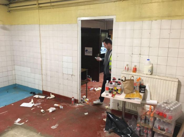 Раздевалка на стадионе Саттона после матча с «Арсеналом» (4 фото)