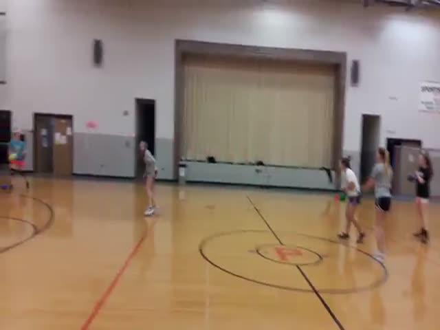 Девушка показала мастерство в метании мяча