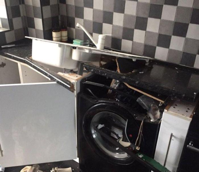 Чудовищные последствия взрыва стиральной машины (4 фото)