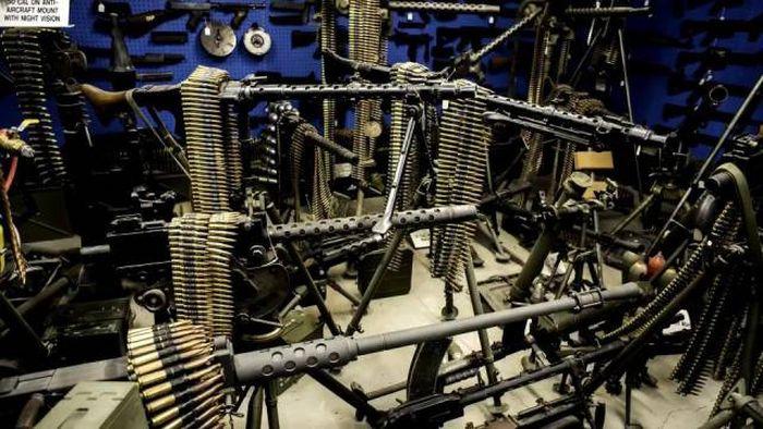Невероятный арсенал американского коллекционера оружия (14 фото)