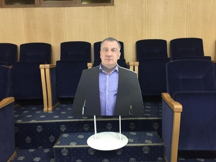 На заседание Заксобрания Ленобласти принесли картонную копию депутата Владимира Петрова (3 фото)
