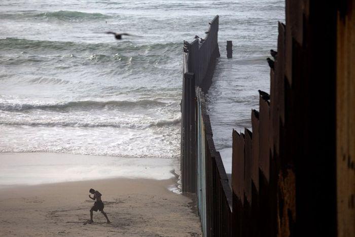 Президент США Дональд Трамп увеличит протяженность стены на границе с Мексикой (39 фото)