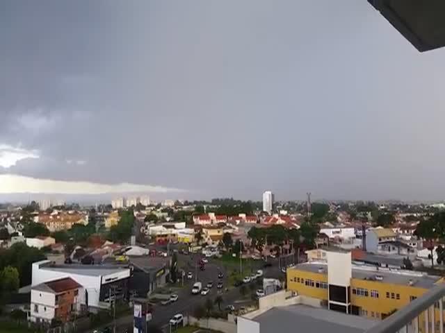 Удар молнии в городе