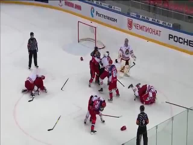 Хоккеист ЦСКА Артем Блажиевский растерялся во время массовой драки