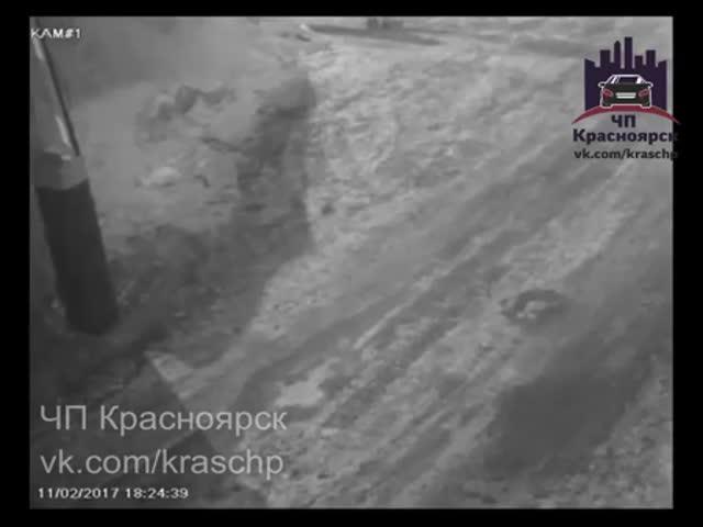 В Красноярске жестоко избили парня, которого чуть не сбила машина