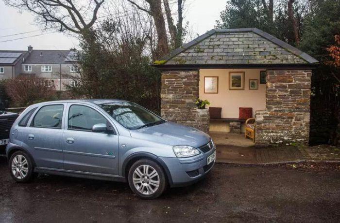 В британской деревне появилась «самая уютная в мире» автобусная остановка (6 фото)