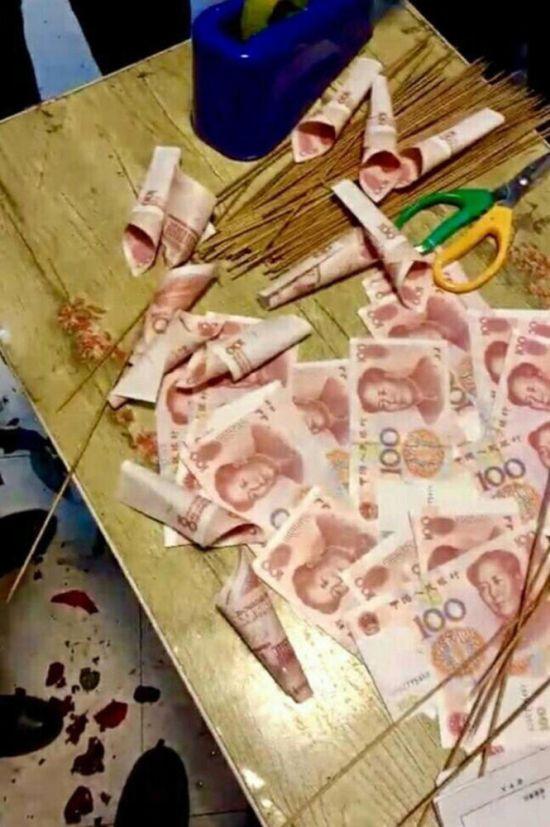 Китаец подарил девушке букет из денег (3 фото)