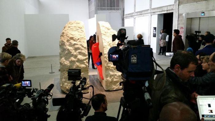 Французского художника замуровали в 12-тонном камне (6 фото)