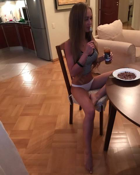 Девушки с едой (48 фото)