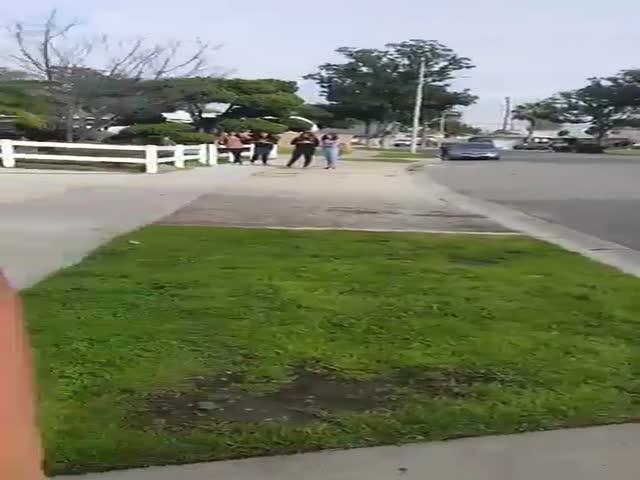 Полицейский использовал оружие, чтобы отбиться от подростков