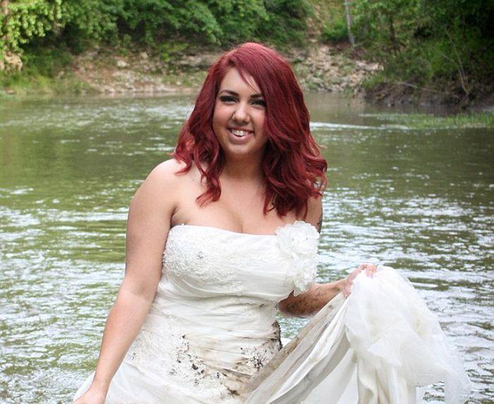 Девушка отпраздновала развод фотосессией с уничтожением свадебного платья (8 фото)
