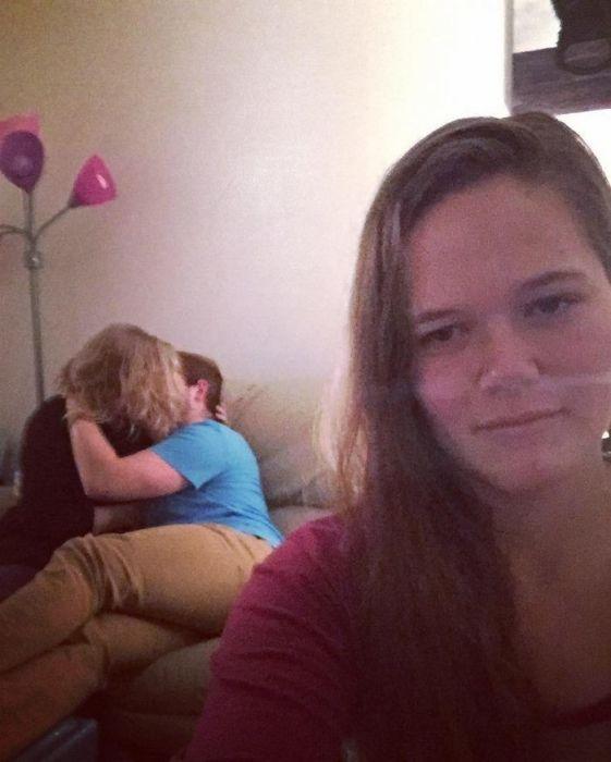 Одинокая девушка делает селфи на фоне влюбленных пар (12 фото)