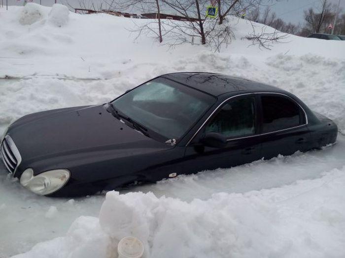 В Уфе автомобиль вмерз в лед (3 фото)
