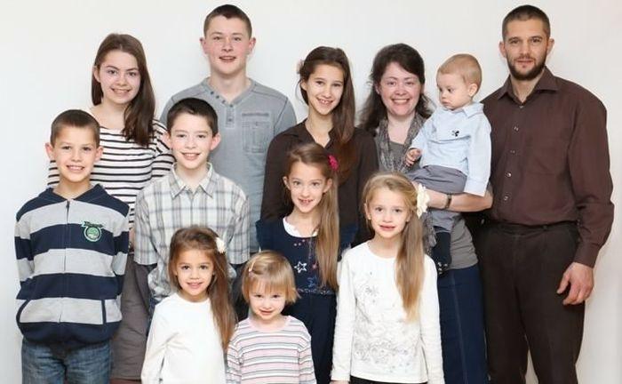 Многодетная семья немецких баптистов, бежавшая в Россию от секс-просвещения, вернулась в Германию (3 фото)