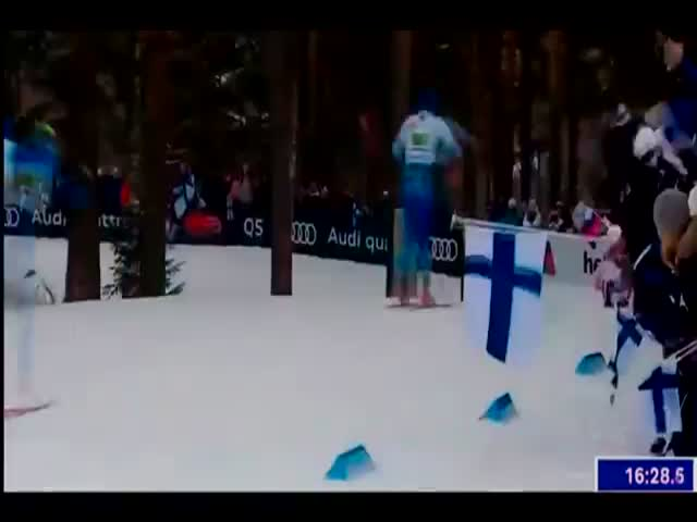 Эпичное падение лидеров гонки помогло российским лыжникам одержать победу