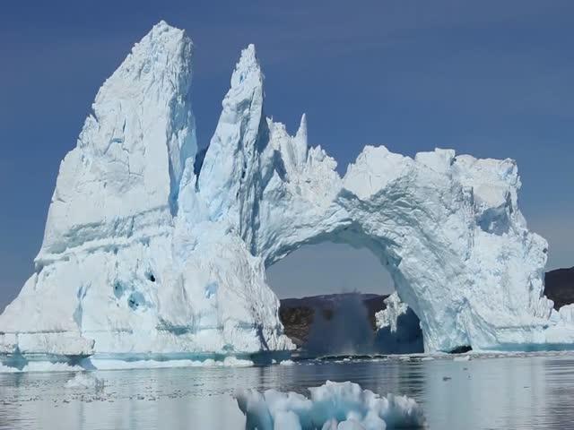 Разрушение огромного айсберга