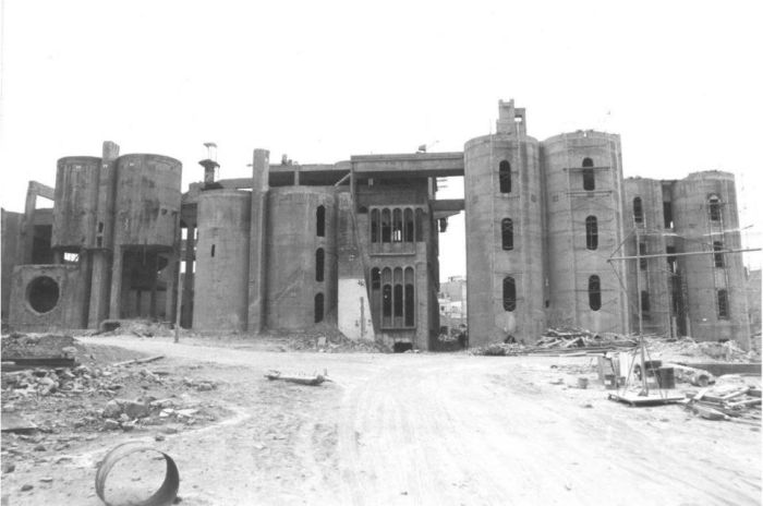 Современный дом-студия в стенах старого цементного завода (22 фото)