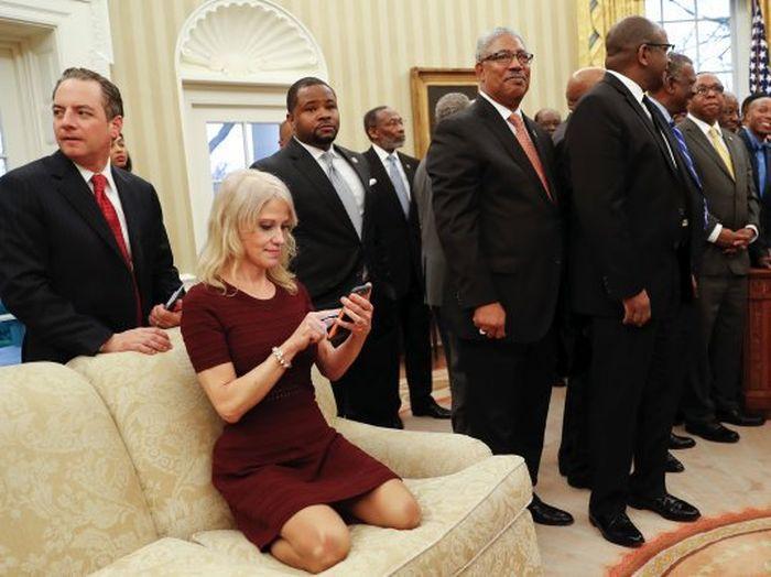 Помощница Дональда Трампа приняла странную позу во время официальной встречи (3 фото)