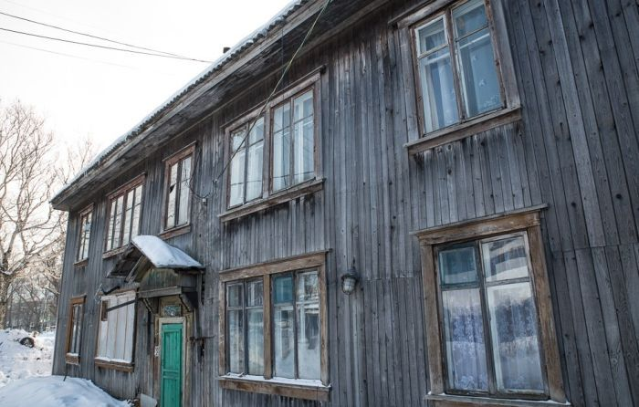 В Южно-Сахалинске старый барак спрятали под красивым баннером (5 фото)