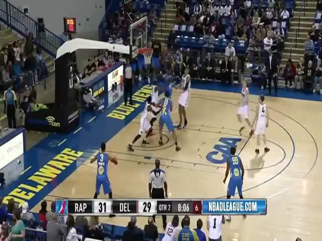 Баскетболист пробежал между ног соперника, чтобы обыграть его