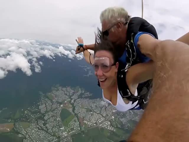 Девушка упала в обморок во время прыжка с парашютом