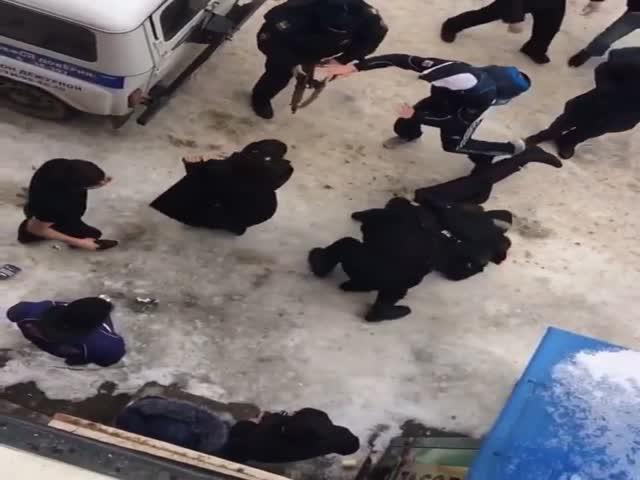 Драка полицейских с местными жителями в Дагестане