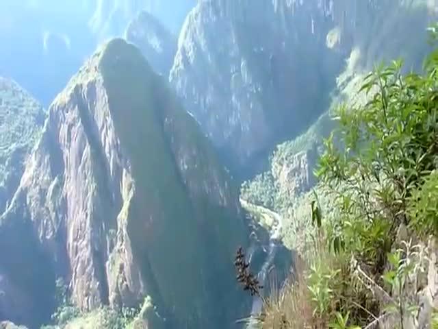 Подъем по «лестнице смерти» горного хребта Уайна-Пикчу