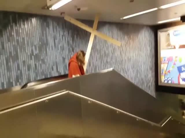 Немец в образе Иисуса Христа застрял на эскалаторе из-за большого креста