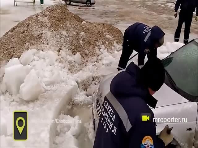 Спасение вмерзшего в лед автомобиля
