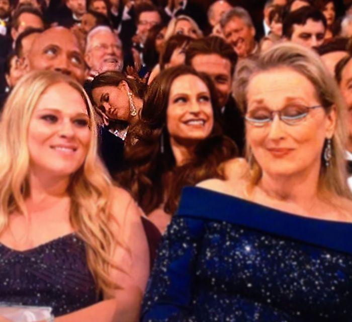 Модель Крисси Тейген вздремнула на «Оскаре» (2 фото)