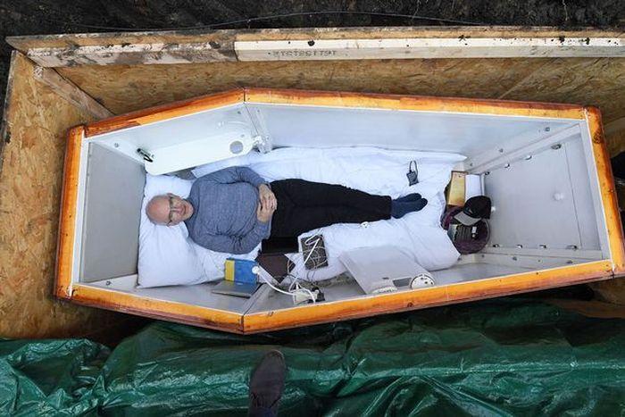 Погребенный заживо ирландец поддерживает наркозависимых людей (6 фото)