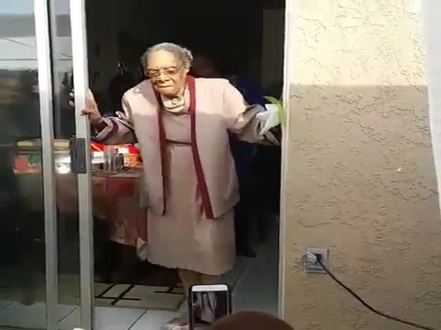 Зажигательный танец 100-летней бабушки